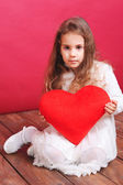 Linda garota segurando coração vermelho do dia dos namorados — Fotografia Stock