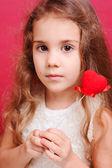 バレンタインの心を保持しているかわいい女の子 — ストック写真