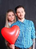 Pareja con globo corazón — Foto de Stock