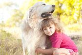 Jeune fille tenant labrador — Photo