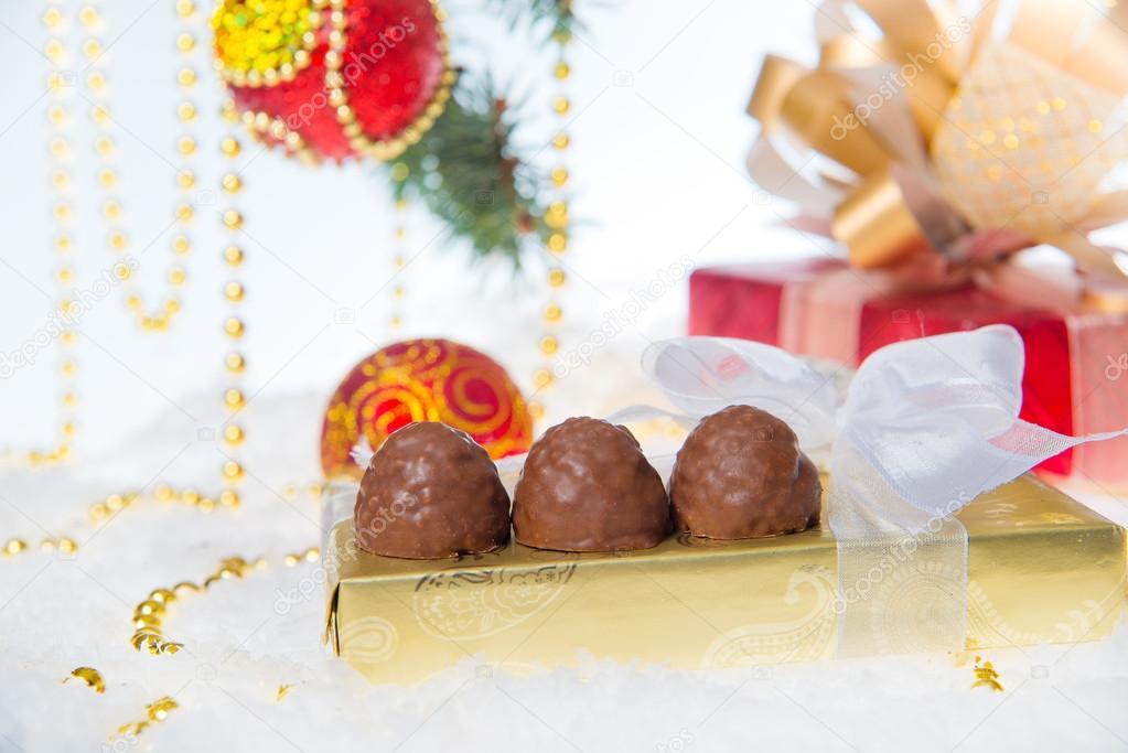 chocolates y adornos navideos para el rbol de navidad en una mesa de madera colecta de navidad de dulces u imagen de archivo
