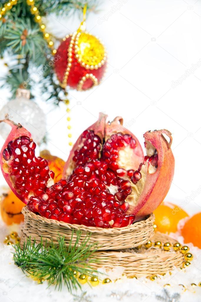 granada fresca adornos navideos para el rbol de navidad en una mesa de madera u