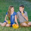 Young couple relaxing in the park — Stock Photo