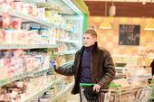 Joven de las compras de comestibles — Foto de Stock