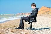 Freelancer working at a laptop. — Stock Photo