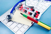 Stethoscope on laptop keyboard — Stockfoto