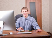 Freelancer working at a laptop — Stock Photo