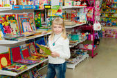 Girl buys school accessories — Stockfoto
