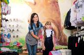 Sho giysileri satın almak için annesi ile şirin küçük kızla — Stok fotoğraf