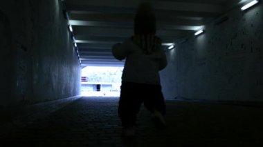 Ein kind im tunnel — Stockvideo