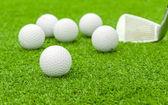 在驱动程序绿色课程三通高尔夫球场球 — 图库照片