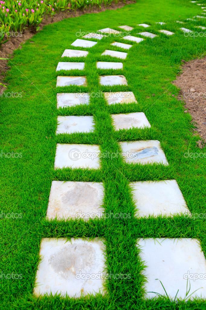 pedra jardim caminho:Baixar – Caminho de pé de pedra jardim com grama — Imagem de Stock