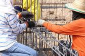 Werknemer buigen van staal voor bouw baan — Stockfoto