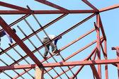 Arbeid werken in bouwplaats voor dak voorbereiden — Stockfoto