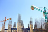Building crane and construction site under blue sky — Foto de Stock