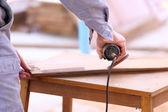 Carpentiere piano legno per costruzione casa — Foto Stock