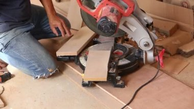 Carpenter use saw cut wood for make new furniture — Stockvideo