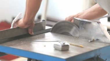 Worker cutting aluminum for house building — Stockvideo