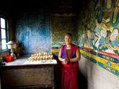 Buddyjski mnich zapalenie zniczy w klasztorze — Zdjęcie stockowe