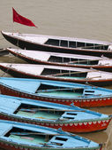 Colorful row boats in the ganges in Varanasi, India — Stock Photo