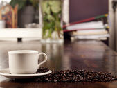 Coffeebeans ile koyu kavrulmuş kahve fincan taze — Stok fotoğraf