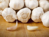 Organic garlic whole and cloves on wood — Stock Photo