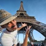 Tourist pointing to Eiffel Tower in Paris — Stock Photo