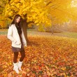 Beautiful young woman in autumn park. — ストック写真
