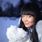 Beautiful woman in winter park — Stock Photo