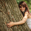 Girl hugging tree — Stockfoto