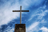 Cross against sky — Stockfoto