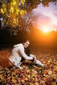 Hermosa joven en el parque otoño. — Foto de Stock