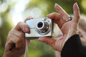 Manos con cámara de fotos — Foto de Stock