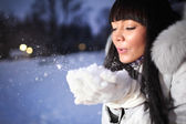 Beautiful woman in winter park — Stock Photo