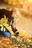Beautiful woman in autumn park — Stock Photo