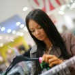 Beautiful young woman shopping in a store — ストック写真