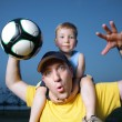 Dad and son playing football outdoors — Stock Photo