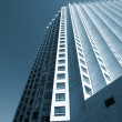 Skyscraper rising up to the blue sky — Stock Photo