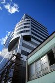 Office toren stijgende hoog naar de hemel. — Stockfoto