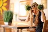 女性の健康な芝生の小さい鍋で遊んで — ストック写真