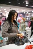 Güzel bir kız bir mağazada alışveriş — Stok fotoğraf