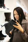 Donna shopping al negozio di scarpe di moda — Foto Stock