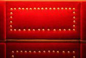 Terciopelo rojo con fondo retro oro remaches — Foto de Stock