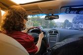 Donna guida un'auto di lusso — Foto Stock