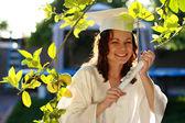 Lisansüstü kadın diploma ile mutlu — Stok fotoğraf