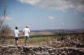 Men looking the landscape at corral stone - Serra da Canastra Na — Stock Photo