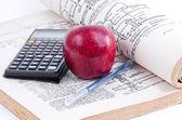 Libro y manzana roja. — Foto de Stock