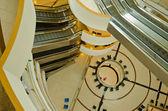 近代的な建物内にエスカレーター — ストック写真