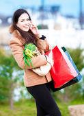 Alışveriş torbaları açık olan kadın — Stok fotoğraf