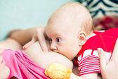 Madre alimentando a su bebé — Foto de Stock